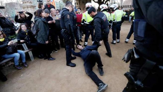 Un detenido por los Mossos después de que manifestantes independentistas rompieran el candado de algunas puertas del Parque de la Ciutadella y desbordaran el cordón policial.