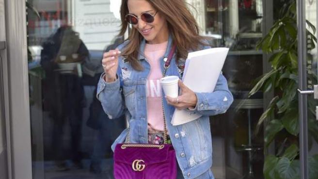 La actriz Paula Echevarría pasea por Madrid con un look denim que remata con complementos ultraviolet.