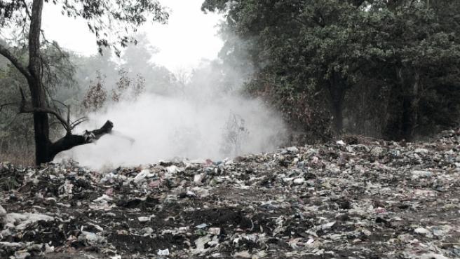 Vertedero de basuras provoca gases nocivos.