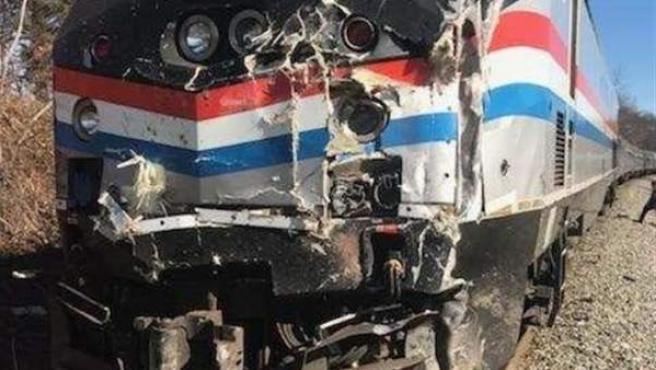 Estado en que quedó el tren que transportaba a congresistas estadounidenses, tras chocar contra un camión de basura cerca de Crozet, en Virgina.