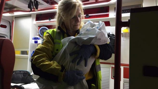 Una trabajadora del Samur asiste a la bebé abandonada en Tetuán.