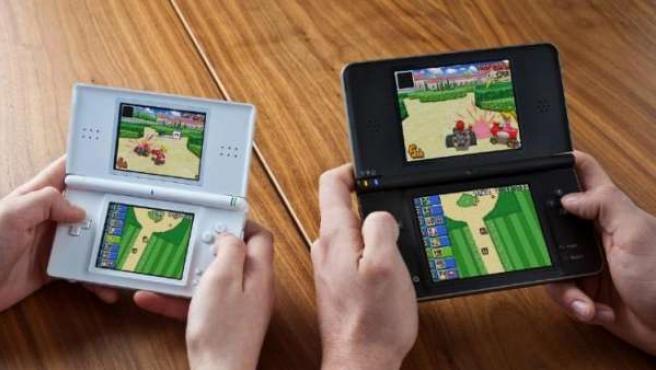 La consola portátil Nintendo DS y su hermana mayor Nintendo DS XL.