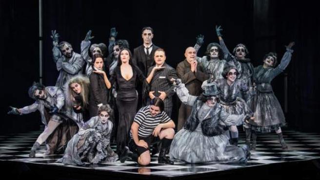 Parte del elenco de 'La familia Addams' durante uno de los números musicales del espectáculo.