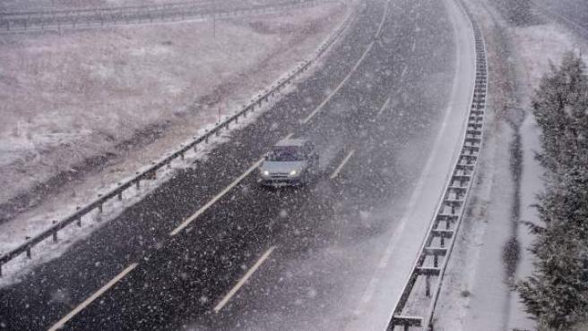 Un coche circula por la Autovía de la Meseta a la altura de la localidad cántabra de Reinosa.