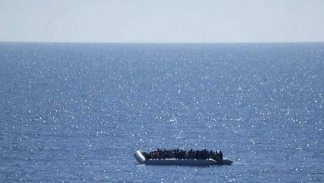 Imagen de una patera con decenas de migrantes cerca de Libia.