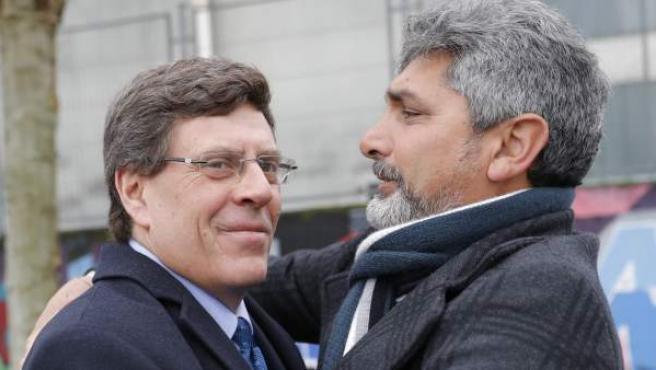 Juan Carlos Quer (i) y Juan José Cortés (d) comparten un abrazo.