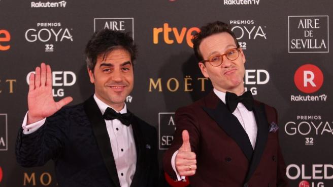 Los humoristas Ernesto Sevilla (i) y Joaquín Reyes, maestros de ceremonia de los Goya 2018, posan vestidos ambos con esmoquin de Tom Black sobre la alfombra roja de los galardones.