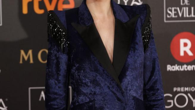 La directora y actriz Leticia Dolera, con un elegante esmoquin, a su llegada a la ceremonia de entrega de la 32 edición de los Premios Goya.