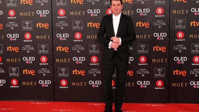 El presentador Arturo Valls, posa con un esmoquin con pajarita y camisa blanca, a su llegada a la alfombra roja de los Goya 2018.