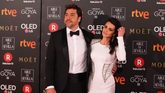 Los actores Javier Bardem y Penélope Cruz posan muy elegantes sobre la alfombra roja de la 32 edición de los Premios Goya.