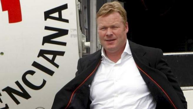 El entrenador holandés Ronald Koeman desciende de un avión después de ganar la Copa del Rey en su época al mando del Valencia Club de Fútbol.