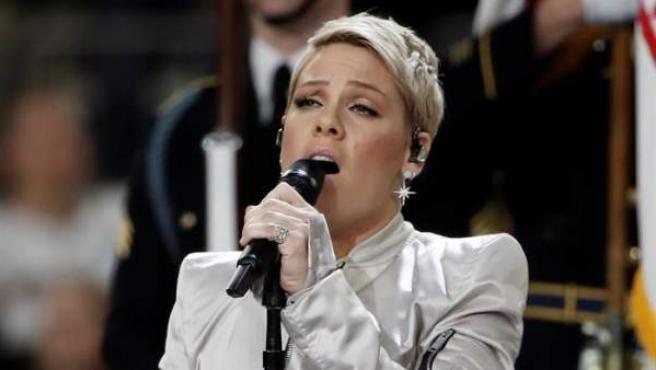 La cantante Pink canta el himno nacional de EE UU antes del comienzo de la Super Bowl, la final de la liga de fútbol americano (NFL), en el Bank Stadium de Minneapolis.