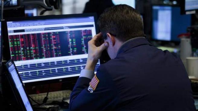 Corredores reaccionan durante el cierre de la Bolsa de Nueva York, tras las fuertes pérdidas registradas por el Dow Jones.