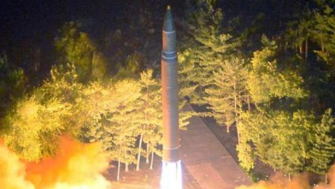 Fotografía de archivo del 28 de julio de 2017, cedida por la Agencia Central de Noticias de Corea del Norte (KCNA), del lanzamiento de un segundo misil de prueba ICBM Hwasong-14, en un lugar sin identificar en Corea del Norte.