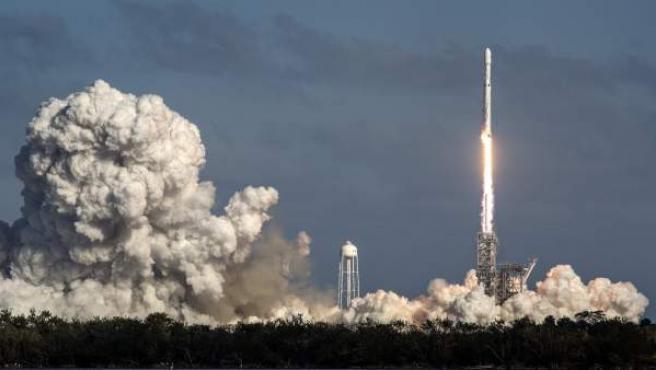 Despegue del cohete Falcon Heavy, de la empresa privada SpaceX, desde el Centro Espacial John F. Kennedy, en Cabo Cañaveral (Florida, EE UU).