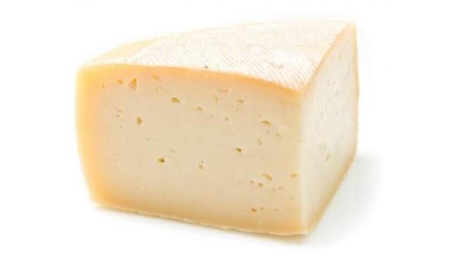 Fotografía de una cuña de queso de oveja.