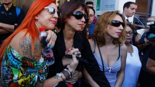 Juana Rivas, arropada tras su declaración en el juzgado.