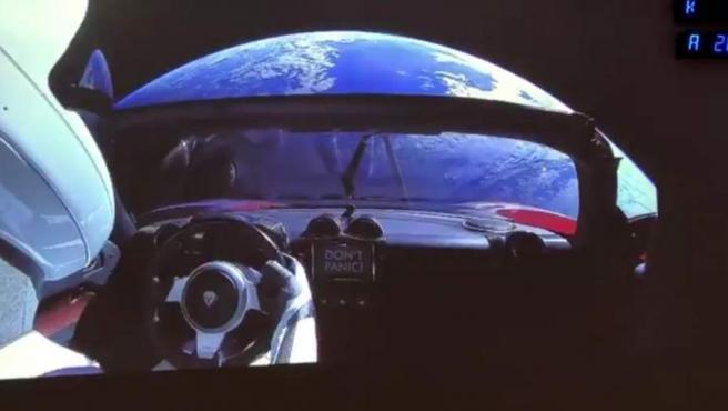 Con 'Space Oddity' de David Bowie como banda sonora, justo en el momento en el que las cámaras mostraban el Tesla en el espacio, la euforia se desató entre los espectadores, que esperan ya impacientes más datos sobre esta expedición de SpaceX rumbo al Planeta Rojo.