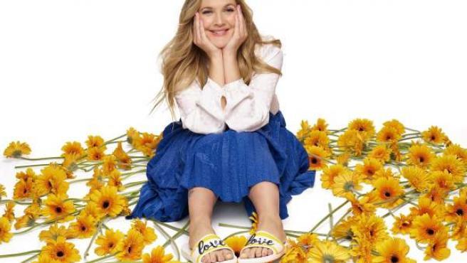 La actriz Drew Barrymore firma una colección para la firma de zapatos Crocs.