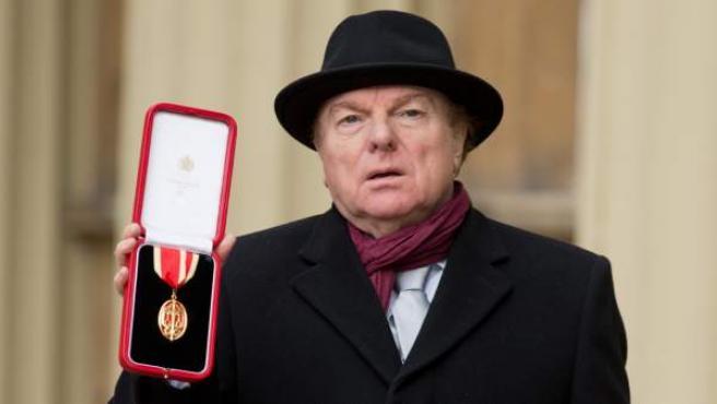 Van Morrison tras ser nombrado Caballero del Imperio Británico.