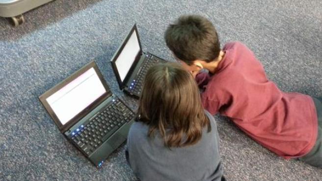 Dos menores de edad miran en internet.