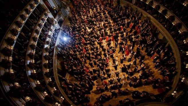 Los invitados bailan un vals durante la inauguración del 62ª Baile de la Ópera de Viena, en Austria.