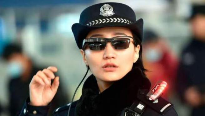 Una agente de la ciudad de Zhengzhou con las gafas de reconocimiento facial.