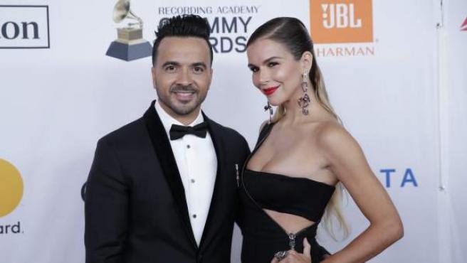 El cantante Luis Fonsi posa junto a su mujer, Águeda López, en la alfombra roja de los Grammy 2018.