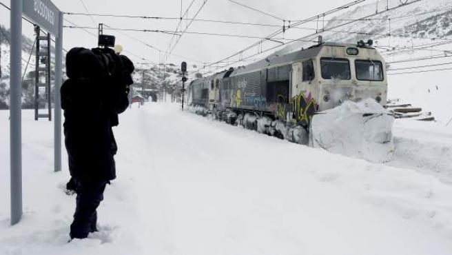 Imagen de esta semana de la estación de Busdongo (León) donde las brigadas de RENFE limpiaron las vías de una excesiva acumulación de nieve que cortó la circulación de trenes.