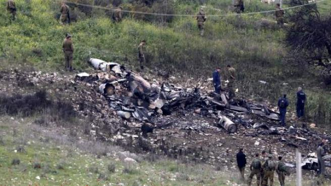 Imagen del caza israelí F-16 que ha sido derribado tras atacar objetivos iraníes en territorio sirio.