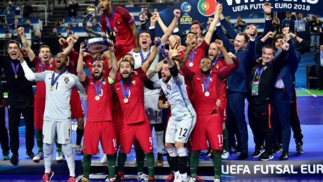 La selección portuguesa de fútbol sala, con su capitán Ricardinho al frente, celebra su victoria en la Eurocopa de 2018 en Liubliana, Eslovenia.