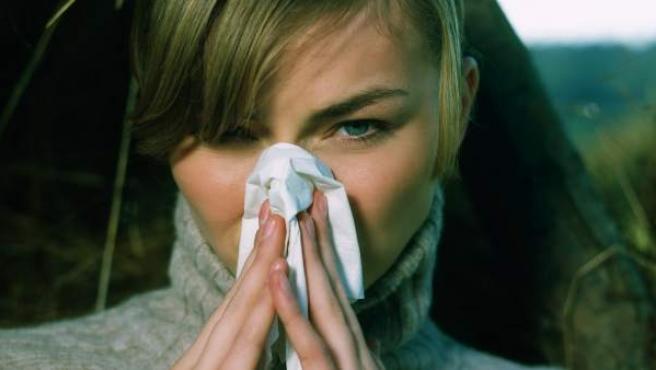 Una mujer con síntomas de alergia.