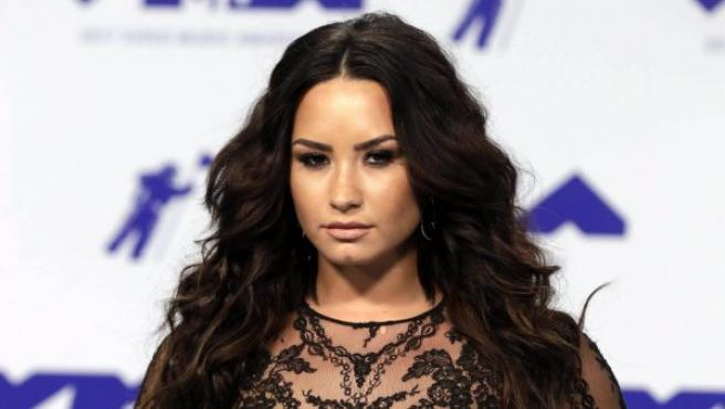 La cantante y actriz Demi Lovato posa son un vestido con transparencias a su llegada a los MTV Video Music Awards 2017.