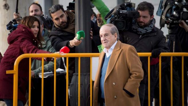El periodista José María García, esta tarde a su llegada a la Audiencia Nacional de Madrid, donde acude a declarar como testigo del caso Lezo.