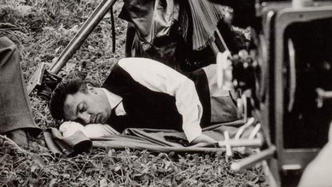 Federico Fellini durante el rodaje de La dolce vita, 1960. Copia digital, 2018. 18x24 cm. Colección Fondation Jérôme Seydoux-Pathé. La Dolce vita, coll. Fondation Jérôme Seydoux-Pathé © 1960. Société Nouvelle Pathé-Cinéma-Gray Film-Riama Film