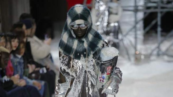 Una modelo presenta una creación de la firma Calvin Klein durante un desfile para la Semana de la Moda de Nueva York.