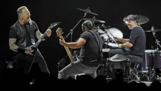 James Hetfield, Robert Trujillo y Lars Ulrich, de Metallica, durante un concierto en el O2 Arena de Londres.