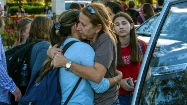 Estudiantes se reúnen con sus padres y familiares tras el tiroteo registrado en la escuela secundaria Marjory Stoneman Douglas de la ciudad de Parkland, en Florida (EE UU).