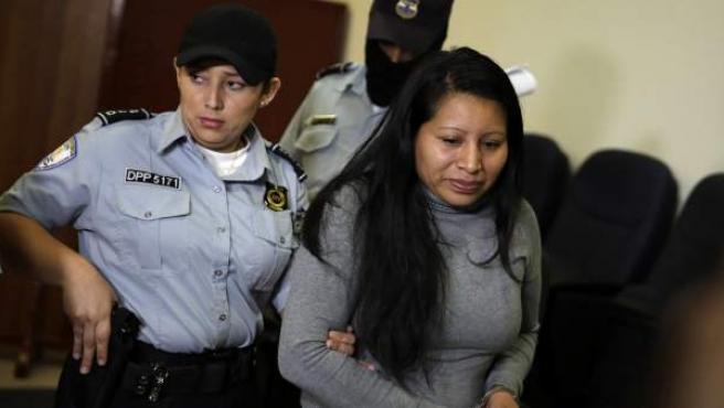 Teodora Vázquez llega a la audiencia de revisión de su condena por haber abortado.
