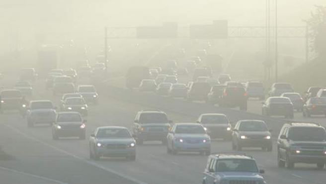 Coches bajo la contaminación.