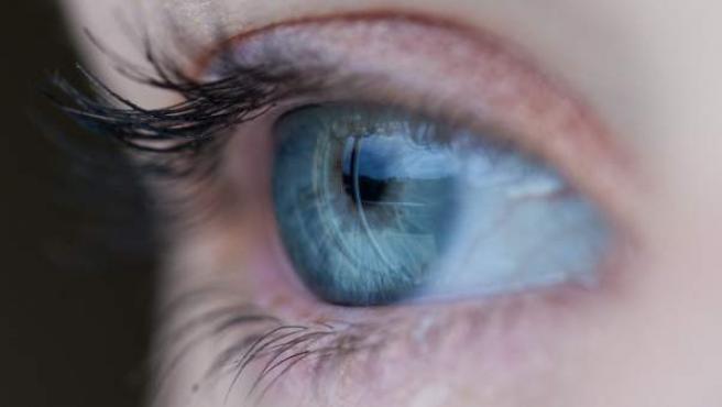 Vista del ojo y la retina de una mujer.