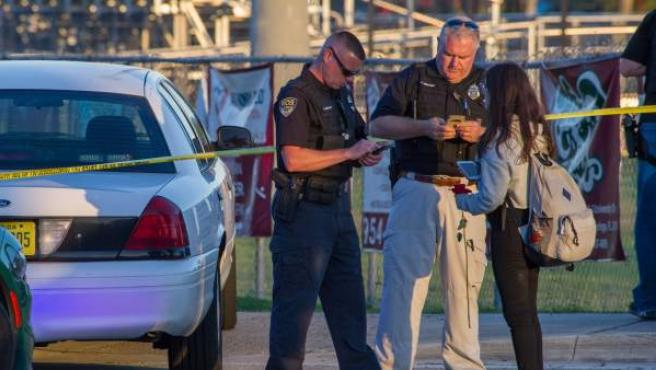 Oficiales de la policía obtienen información de una estudiante tras el tiroteo registrado en Florida.