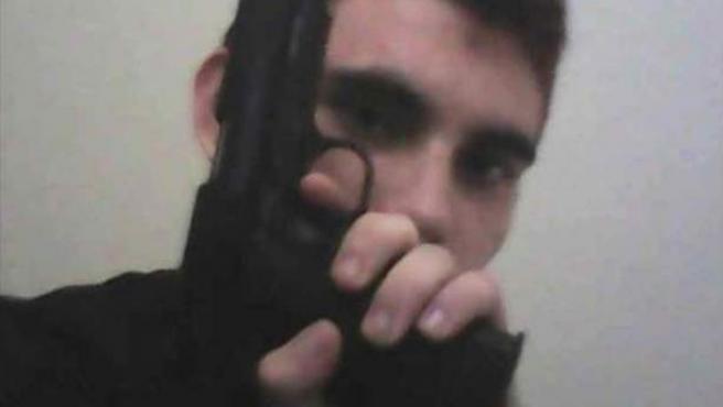 Una imagen del perfil de Instagram (ahora no visible) de Nikolas Cruz, que posa con un arma simulada.