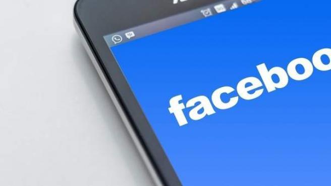 El logo de Facebook en un móvil.