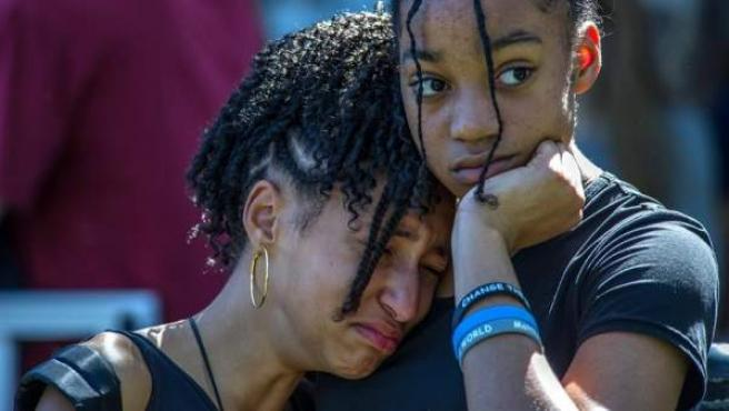 Miembros de la comunidad participan en una vigilia en Parkland, Florida, EE UU, en recuerdo de las víctimas del tiroteo en la escuela secundaria de Marjory Stoneman Douglas, que dejó al menos 17 muertos.