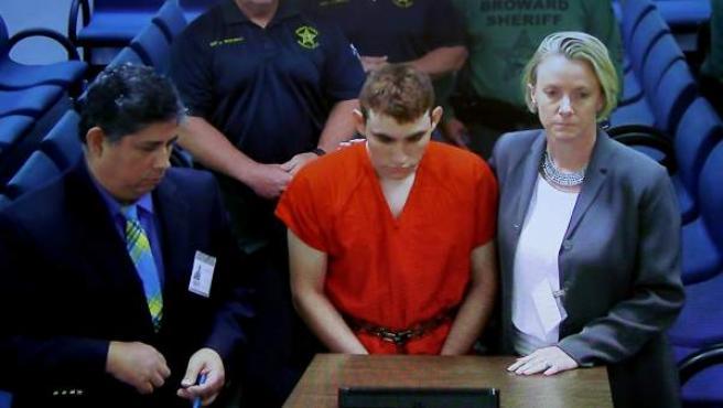 Nikolas Cruz, detenido por el tiroteo perpetrado en un instituto de Florida, comparece en vídeo en la corte del condado de Broward.