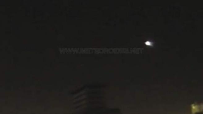 Captura de imagen de la bola de fuego cruzando el cielo.