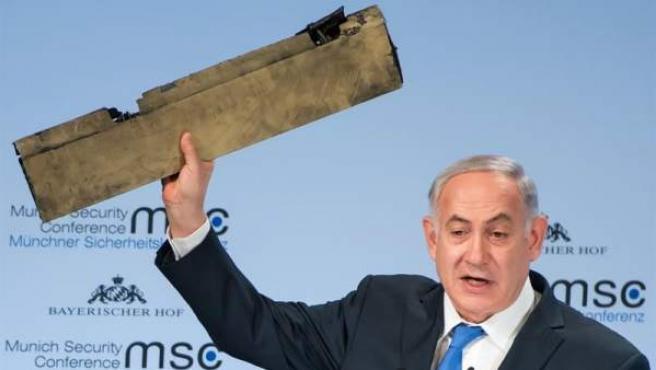 El primer ministro israelí, Benjamin Netanyahu, exhibe una pieza de un avión no tripulado derribado por las fuerzas israelíes que supuestamente despegó desde una base militar iraní en Siria.