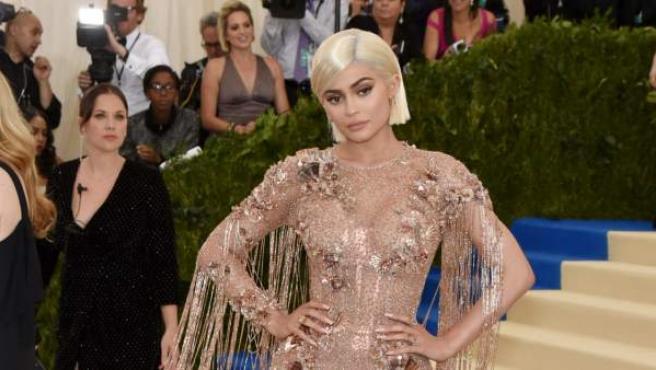 Kylie Jenner sobre la alfombra roja luciendo un diseño de Versace.