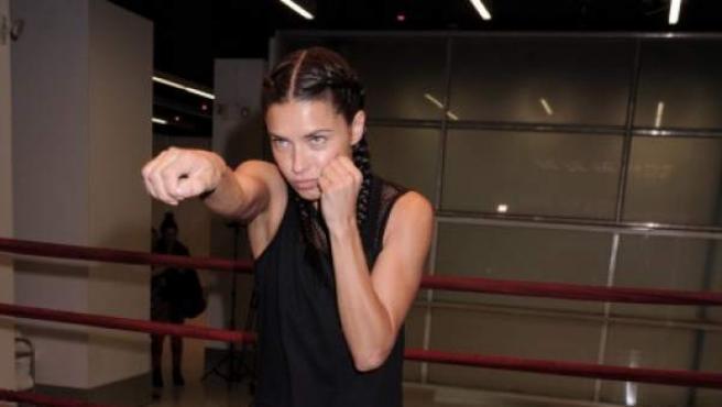 La modelo Adriana Lima reconoce que el boxeo es uno de los métodos de entrenamiento que utiliza para estar en forma.